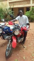 Aus Einzelspenden von Mitgliedern unserer Pfarrei konnte ein Motorrad angekauft werden. Abbé Gustave präsentiert hier stolz sein neues Gefährt und bedankt sich herzlich für die Spenden und Unterstützung.